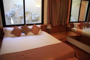 A bed or beds in a room at Le Quai Des Princes