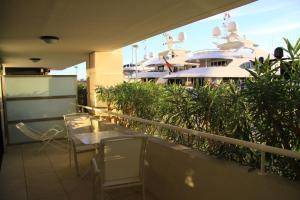 A balcony or terrace at Le Quai Des Princes