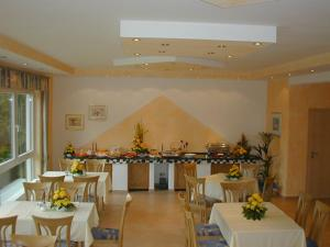 """A restaurant or other place to eat at Hotel Pit Lane """"Home of Motorsport"""""""
