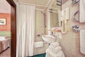A bathroom at Hotel Firenze