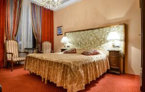A bed or beds in a room at Hamlet Bed & Breakfast