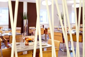 A restaurant or other place to eat at ibis Aberdeen Centre – Quayside