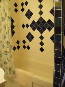 A bathroom at Auberge des Arts Bed and Breakfast