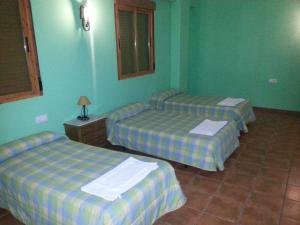 A bed or beds in a room at Hostal las Tres Jotas