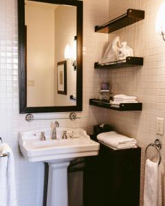 A bathroom at Hotel Place D'Armes