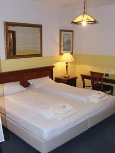 A bed or beds in a room at Hotel-Restaurant Orsoyer Hof