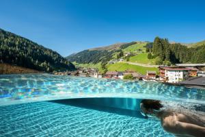 Der Swimmingpool an oder in der Nähe von Hotel Alpin Spa Tuxerhof