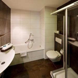 A bathroom at Hotel Moers van der Valk