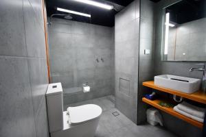 A bathroom at Winsor Park Motor Inn