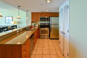 A kitchen or kitchenette at Deluxe Ocean Front Two-Bedroom Condo in Sandy Beach Resort