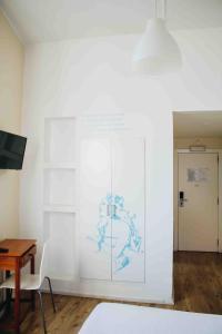 Una televisión o centro de entretenimiento en Casa João Chagas Guesthouse, Constância