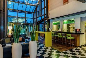 The lounge or bar area at nestor Hotel Stuttgart-Ludwigsburg