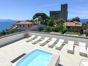 Vista sulla piscina di Hotel Il Telamonio o su una piscina nei dintorni