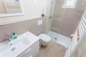 A bathroom at Apartments & Rooms Alagić