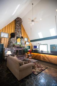 The lobby or reception area at Twin Peaks Lodge & Hot Springs