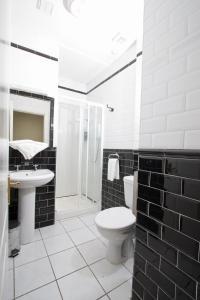 Ein Badezimmer in der Unterkunft Oliver St. John Gogarty's Hostel
