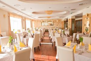 A restaurant or other place to eat at Hotel Atlantis Hajdúszoboszló