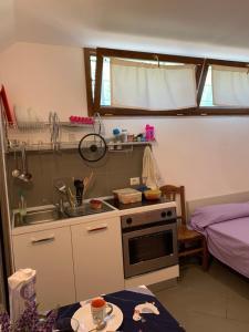 A kitchen or kitchenette at Casa Vacanza Domus Aurea