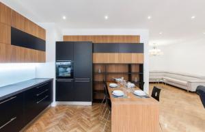 A kitchen or kitchenette at Vieux-Port - Magnifique Appartement