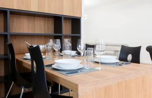 A restaurant or other place to eat at Vieux-Port - Magnifique Appartement