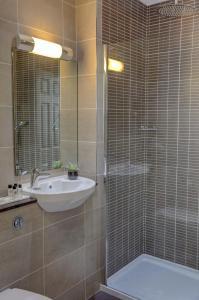 A bathroom at Crown & Mitre Hotel