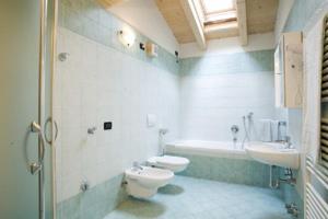 Koupelna v ubytování Appartamenti Li Desja