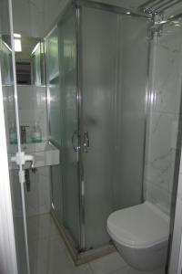 A bathroom at Freddy's Hotel