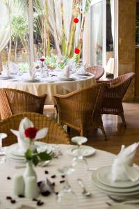 A restaurant or other place to eat at El Oumnia Puerto & Spa