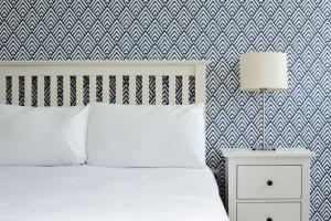 Кровать или кровати в номере Oceanside Lifestyle Hotel - formerly Carnmarth Hotel