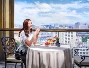 A balcony or terrace at Waldorf Astoria Beijing