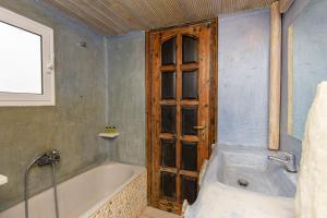 A bathroom at Peristeronas Village