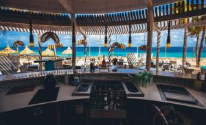 A restaurant or other place to eat at Van der Valk Plaza Beach & Dive Resort Bonaire