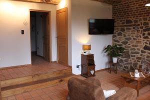 Телевизор и/или развлекательный центр в B&B La Ferme de l'Apéro