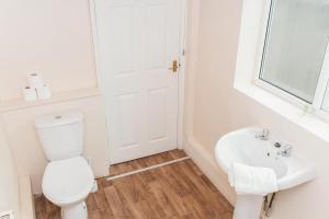 A bathroom at Hanley Park House by Paymán Club