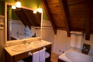 A bathroom at Hotel Chalet Bassibe by Silken