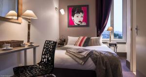 A bed or beds in a room at Hôtel des Alpes