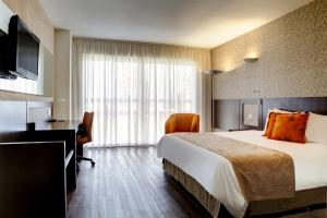 A bed or beds in a room at Quality Hotel Curitiba