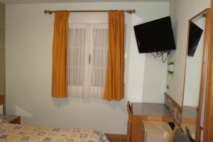 A television and/or entertainment center at Hostal Burbia