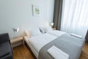 Кровать или кровати в номере Vladislav City Centre Apartments