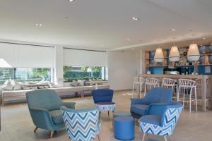 The lounge or bar area at Apartamentos Marfina