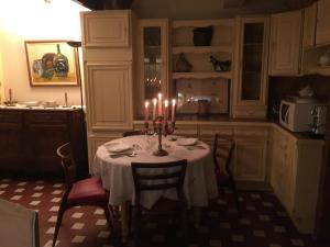 A restaurant or other place to eat at Château la Moune