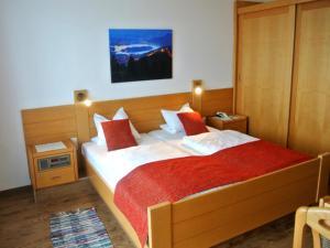 A bed or beds in a room at Hotel Baumgartnerhof