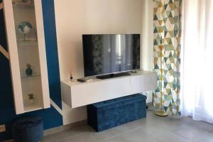 A television and/or entertainment centre at Le 13OR - centre avec parking et extérieur