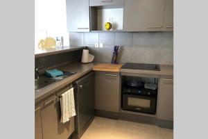 A kitchen or kitchenette at Le 13OR - centre avec parking et extérieur