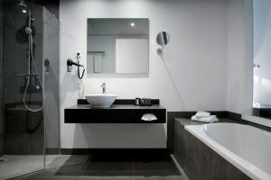 A bathroom at Inntel Hotels Amsterdam Zaandam