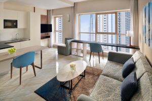 The lounge or bar area at Mövenpick Hotel Apartments Downtown Dubai