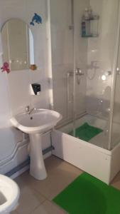 A bathroom at Buen Camino
