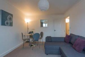 A seating area at Oceana Accommodation - Sycamore court, Southampton apartment, Walking distance to hospitals, parking, sleeps 6