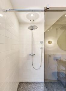 A bathroom at Hotel V Nesplein