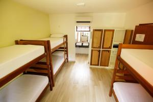 Uma ou mais camas em beliche em um quarto em Hostel Refúgio